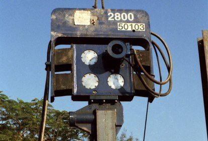 The Vulcan 2800, the largest of its high-frequency machines, driving H-beams in Cairo, Egypt. It was an innovative design, and the first to actually wrap the hoses through the suspension. Unfortunately its introduction was plagued with component problems. The most serious of these was the Morse shear fenders used for the suspension springs. Having been used successfully by ICE and other manufacturers, the Morse factory began to experience quality problems of its own around the time the 2800 was introduced. Note the use of aluminium bearing covers. These were used to afford better heat dissipation to the bearings. The high frequency machines were especially prone to overheating because of their higher rotational speed, although Vulcan also used them on their other machines, if for no other reason than they looked good.