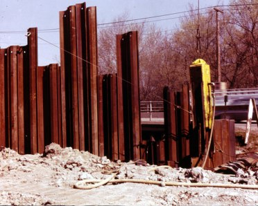 DGH-900 driving sheet piles.