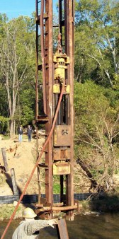 Planned obsolescence was a foreign concept to Vulcan. This photo shows a #2, S/N 290, driving piles in October 2008 at Little Sugar Creek in Charlotte, NC. The hammer was built in 1905. Dellinger Incorporated was the contractor. Photos courtesy of Jim Davidson of Charlotte Mecklenberg Utilities.