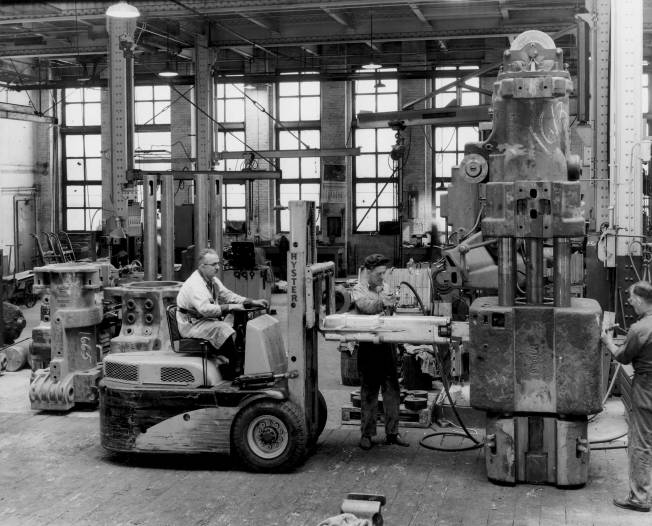 One way to put ram keys in: using a DGH-100 hammer to install ram keys in a Vulcan 016 hammer at Vulcan's 327 North Bell Avenue facility in Chicago. Vulcan's offshore customers were to do the same thing for the larger offshore hammers in the 1970's.